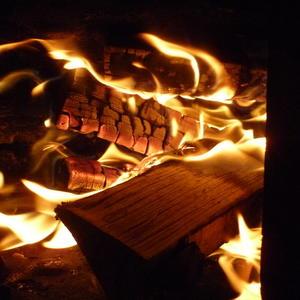 В печке горят дровишки, будет тепло в домишке