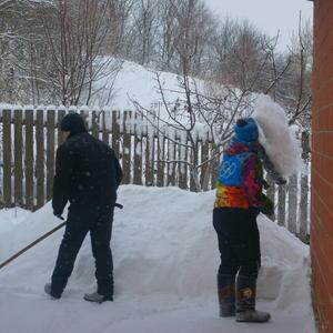 А в деревне снег