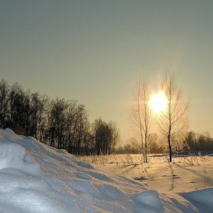 Снег искрится в золотистом рассвете