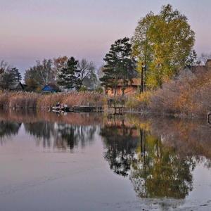 Прекрасная дачная осень и её отражение