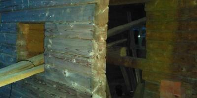 Подскажите, как выровнять стену дома из бруса?