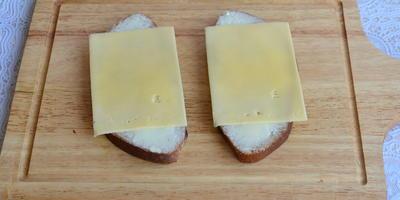 """Бутерброд """"Мышки на сыре"""""""