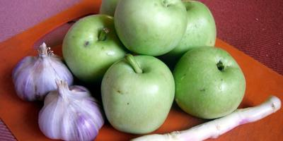 Острая закуска из яблок с хреном