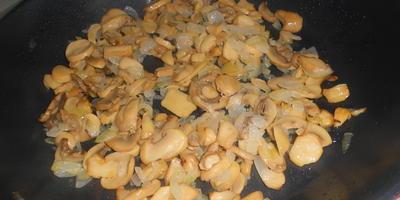 Куриная печень в горшочках, с картофелем и грибами