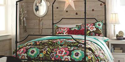 Дачная спальня с балдахином — почему бы и нет?