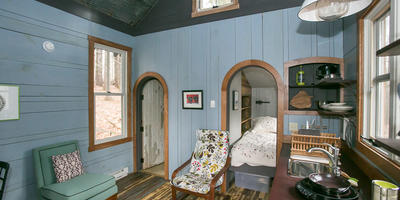Голубой интерьер для дачи на примере маленького домика в штате Мэриленд