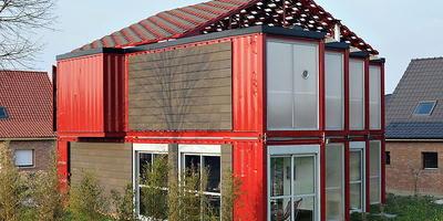 Современный дом из восьми транспортных контейнеров