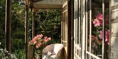 Романтичный дизайн в английском стиле для малогабаритной дачи