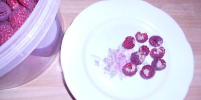 Во второе плодоношение ремонтантная малина зреет с белыми грубыми вкраплениями. В чем может быть причина?