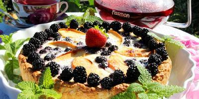 Пирог заливной с ежевикой и яблоками