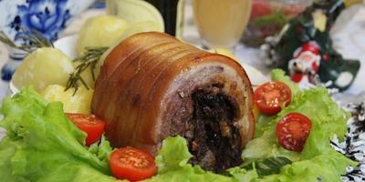 Рулет из свинины с яблоками и черносливом