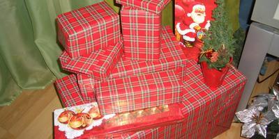 Осталось подарки положить под елочку