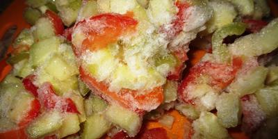 Замороженные овощи через секунду окажутся в овощном рагу.