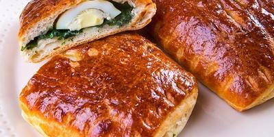 Слоеные пирожки с весенней зеленью и перепелиными яйцами