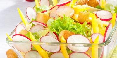 """Салат """"Лето"""" с редисом, сладким перцем и сыром"""