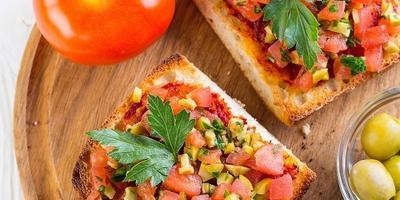 Тосты с томатами, оливками и зеленью