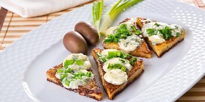 Тосты по-французски с сыром рокфор и зеленым луком