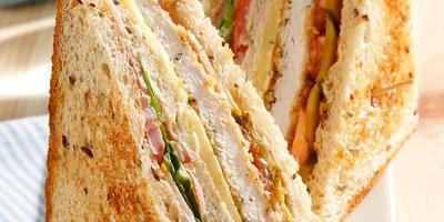 Слоеный бутерброд с курицей и копченой грудинкой