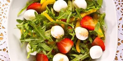 Летние рецепты: 5 оригинальных салатов с клубникой