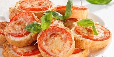 Хрустящие пшеничные тосты с помидорами и сыром