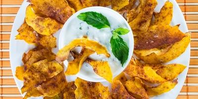 Тыквенные чипсы с мятно-йогуртовым соусом