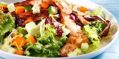 Салат с жареной семгой, свежими огурцами и сладким перцем