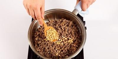 Картофельные пирожки с мясом и орешками