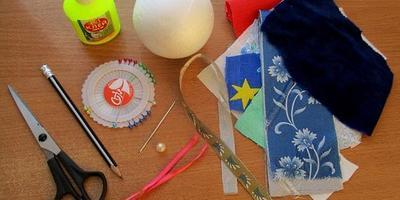 Новогоднее панно и елочный шар в технике пэчворк без иголки
