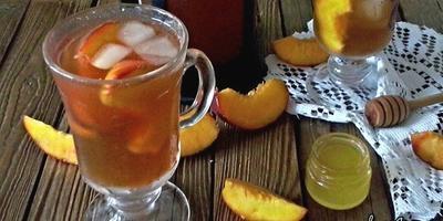 Солнечный холодный чай с ароматными персиками