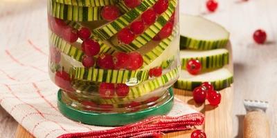 Вкус лета: 10 ярких рецептов с красной смородиной
