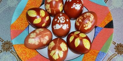 Пасхальные яйца с листочками.