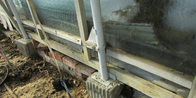 Как заменить опору в теплице и избежать деформации сооружения?