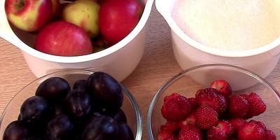 Осенний рецепт варенья из яблок, слив и ягод (видео)