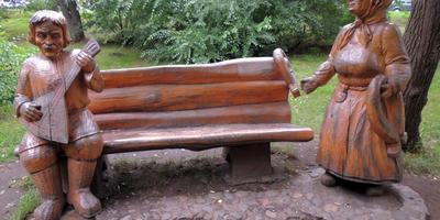 Скамейка в парке деревянных скульптур по мотивам рассказов Шолохова, Сростки