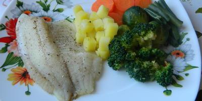 Тилапия с овощами на пару