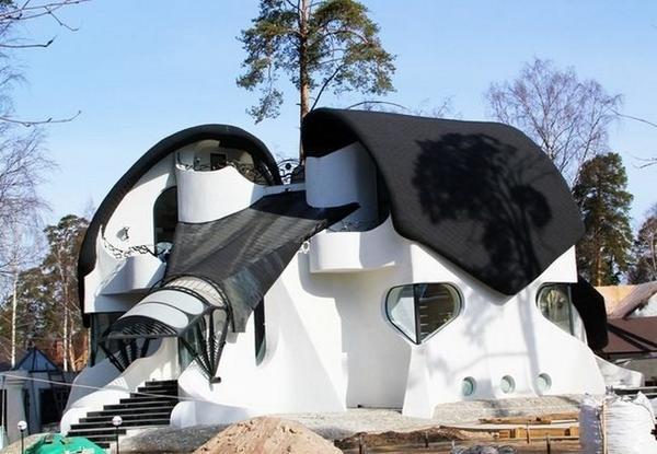 По дороге на берег Финского залива нельзя не обратить внимание на один причудливый домик недалеко от пляжа, неформально названный русским домом Гауди. Его необычная архитектура удивительно напоминает стиль знаменитого испанца, и многие шутят, что здесь его русская резиденция. На самом деле, Гауди в этом месте, конечно, не жил. А построили этот дом по проекту архитектора Бориса Левинзона. На первом этаже расположен холл с оригинальными светильниками-сталактитами, замысловатая столовая и кухня, изящная веранда и атриум. На втором этаже - спальни с выходом на террасу и зимний сад. В цокольном этаже находчивый архитектор умудрился разместить бассейн, бильярдную и гардеробную. Есть и мансарда площадью 60 квадратных метров. Домик этот не принимает гостей и посмотреть на него можно только лишь через забор. Все же это частная территория.