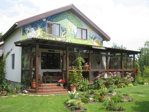 Наш дом с верандой, с другой стороны есть полноценный кухонный блок, плита, раковина, рабочий стол.