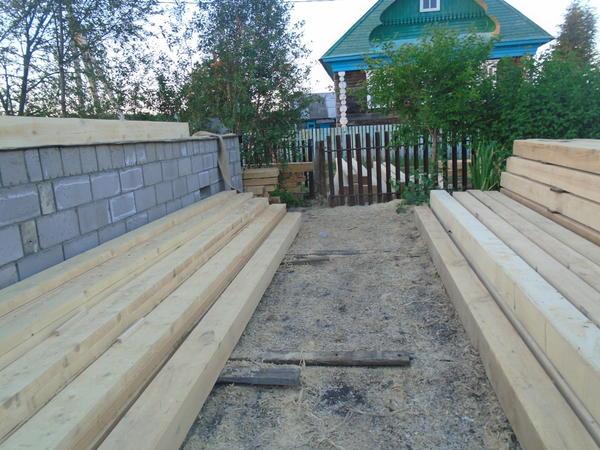 Самый важный момент: фундамент и цоколь готовы, брус на месте - продолжаем стройку