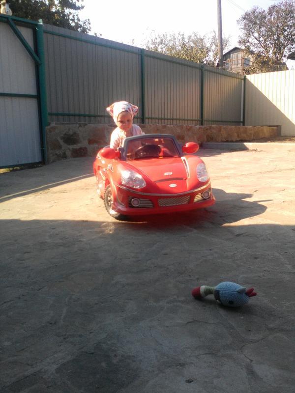 Дочь проверяет прочность дорожного полотна