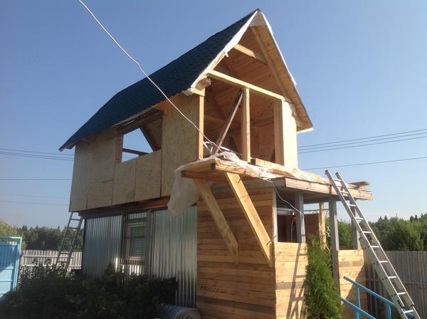 Оригинальное решение, над вагончиком построил домик!