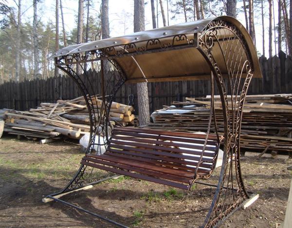 Кованые качели с деревянной лавочкой