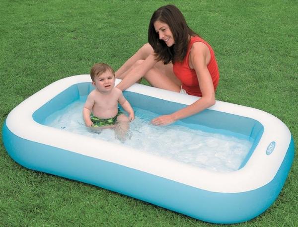 Небольшой детский надувной бассейн