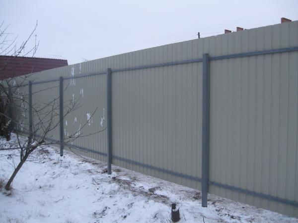 Забор из профнастила на металлическом каркасе
