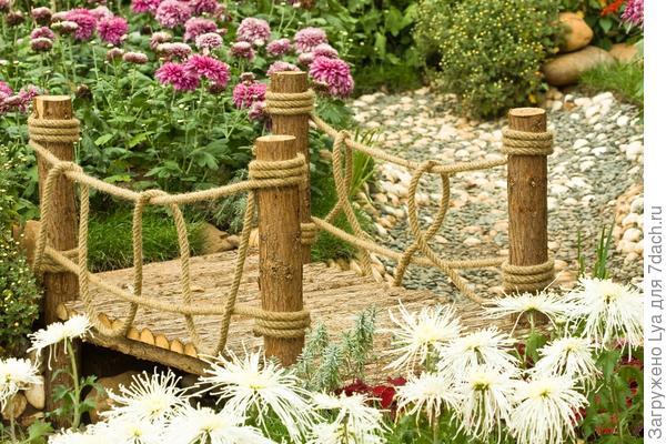 Мост с перилами из льняной веревки