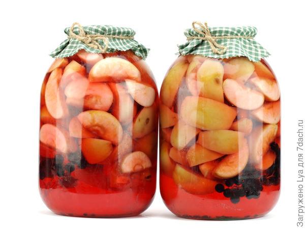 Для обогащения вкуса в яблочные компоты добавляют красную или чёрную смородину