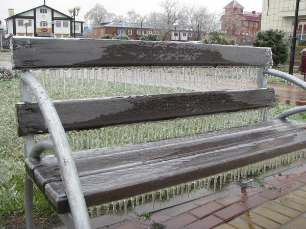 Скамейка в ледяном панцире