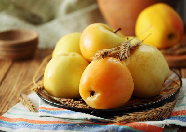 Яблоки моченые с соломой и розмарином
