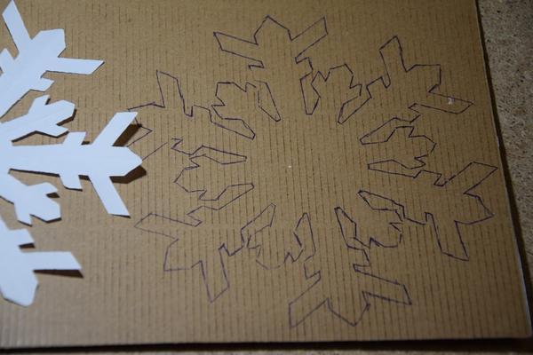 Снежинка на картоне