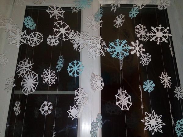 Украшаем окно снежинками