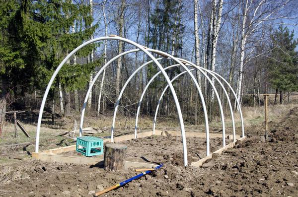 От толщины листов поликарбоната будет зависеть расчет прочности обрешетки несущей конструкции